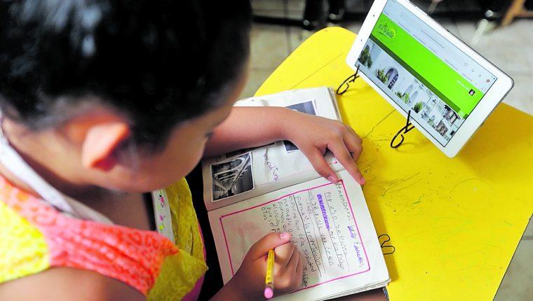 Llevar la tecnología a los estudiantes es necesario para que alcancen competencias del Siglo 21. (Foto Prensa Libre: Hemeroteca PL)