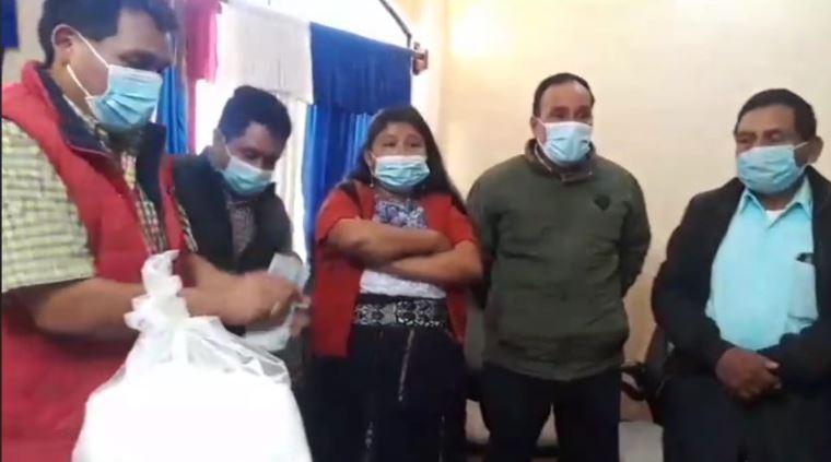 Autoridades de Comitancillo, San Marcos, se reúnen con familiares de los 13 migrantes originarios de ese municipio que fueron ejecutados en Tamaulipas, México. (Foto Prensa Libre: Cortesía)