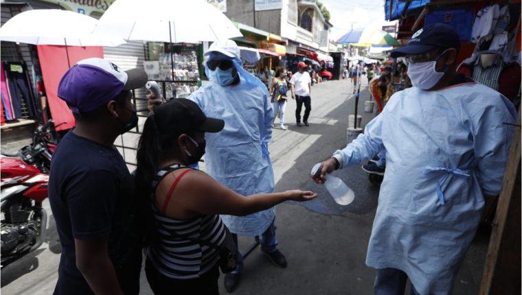 Autoridades de Salud enfatizan a la población a seguir medidas y protocolos de bioseguridad para prevenir contagios. (Foto Prensa Libre: Hemeroteca)
