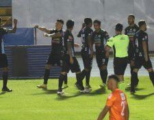 Antigua GFC se puso en ventaja en el Doroteo Guamuch a los 19 segundos del primer tiempo. (Foto Prensa Libre: Érick Ávila)