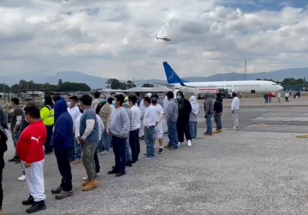 Llega primer avión del 2021 que trajo 110 migrantes deportados de Estados Unidos