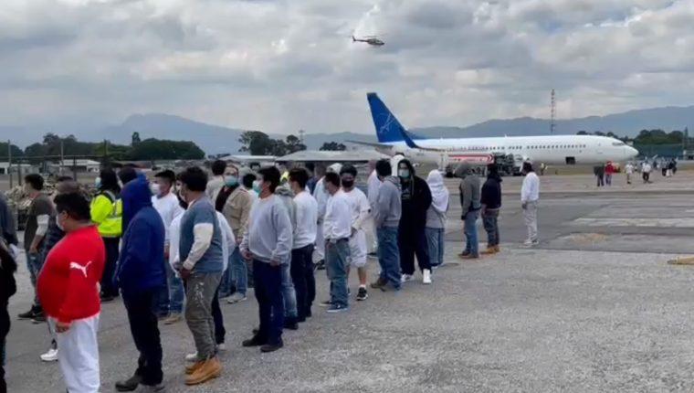 Guatemaltecos que vinieron en el primer vuelo de deportados de Estados Unidos en este 2021. (Foto Prensa Libre: Migración)