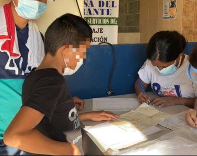 Un menor con su padre registra su ingreso al país. (Foto: IGM)