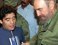 Diego Maradona (izquierda) y Fidel Castro se consideraban amigos fieles. (Foto: AFP)