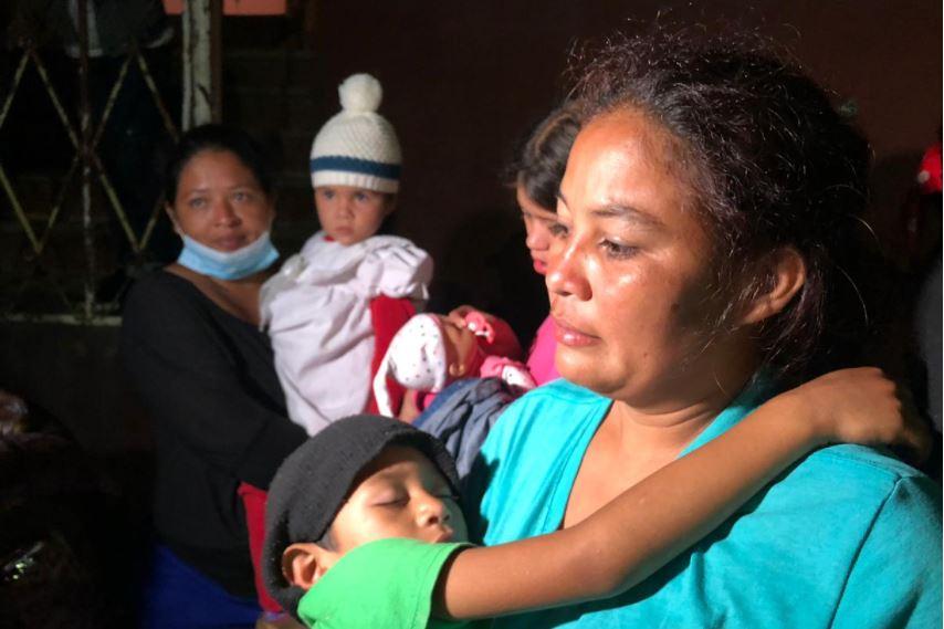 """""""Pensamos lo peor"""": tras horas de angustia, migrantes hondureños se reencuentran con su hija de 4 años"""