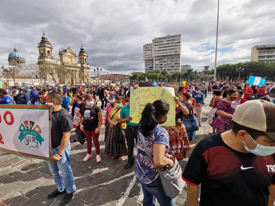 Comerciantes se quejan por las restricciones en mercados y salen a las calles para protestar