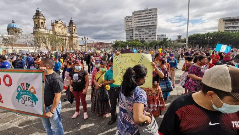 Inquilinos de mercados protestan contra las restricciones de horarios. (Foto Prensa Libre: Byron García)