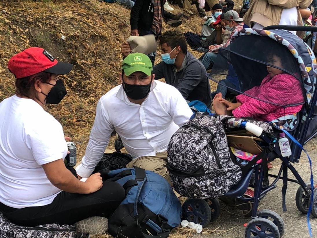 """""""O nos venimos o las maras me la matan"""": el testimonio de un padre que huye de Honduras en la caravana migrante"""