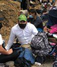 Geovanni Ramírez, su esposa Marilú García, 27, y su hija de 3 años están en Río Hondo, Zacapa, junto a miles de hondureños, en donde la Policía no los deja avanzar en su camino a Estados Unidos. (Foto Prensa Libre: Andrea Domínguez)