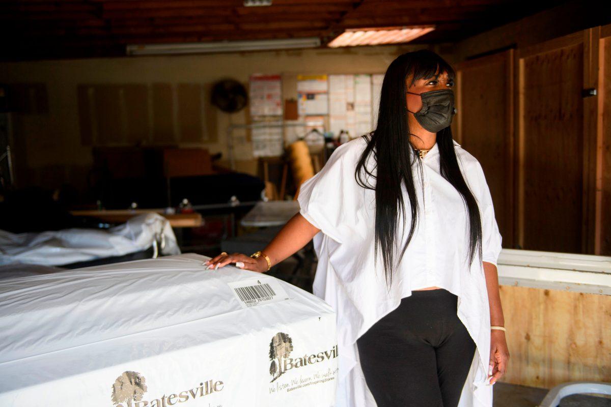 Ataúdes en la sala de descanso y filas de espera, una funeraria en Los Ángeles colapsa por el virus