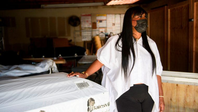 Candy Boyd, propietaria de la funeraria Boyd, habla junto a un ataúd vacío y armarios construidos para ampliar la capacidad de almacenamiento de cuerpos embalsamados que esperan ser enterrados debido al aumento de muertes por covid-19, en Los Angeles. (Foto Prensa Libre: AFP)