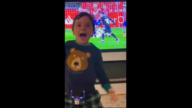 Mateo Messi protagonizó una eufórica celebración tras un gol anotado por su padre por la vía del tiro libre. (Foto Prensa Libre: Twitter)
