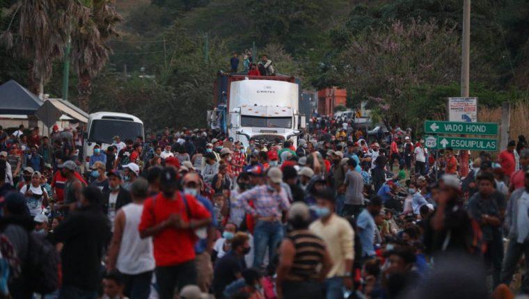 Cientos de hondureños siguen en Chiquimula y se niegan a regresar a su país. (Foto Prensa Libre: Fernando Cabrera)