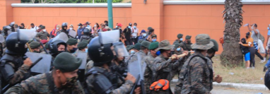 Los soldados detuvieron con fuerza a los migrantes hondureños. (Foto Prensa Libre: Elmer Vargas)