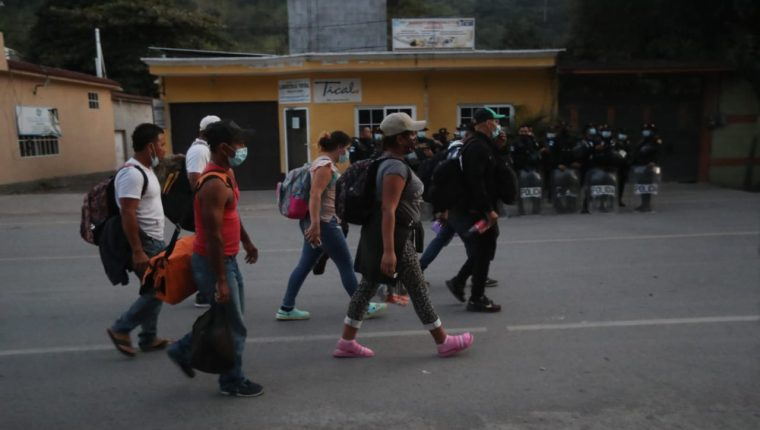 Migrantes hondureños ingresan a Guatemala desde la frontera El Florido. (Foto: Erick Avila)