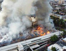 Más de 150 voluntarios de bomberos trataban de apagar el incendio. (Foto Prensa Libre: AFP)