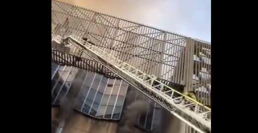"""""""¡No podemos respirar!"""": las imágenes que muestran la angustia de trabajadores durante incendio en Metro de México"""