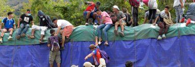 Más de 6 mil hondureños ingresaron a Guatemala con la caravana migrante. (Foto Prensa Libre: AFP)