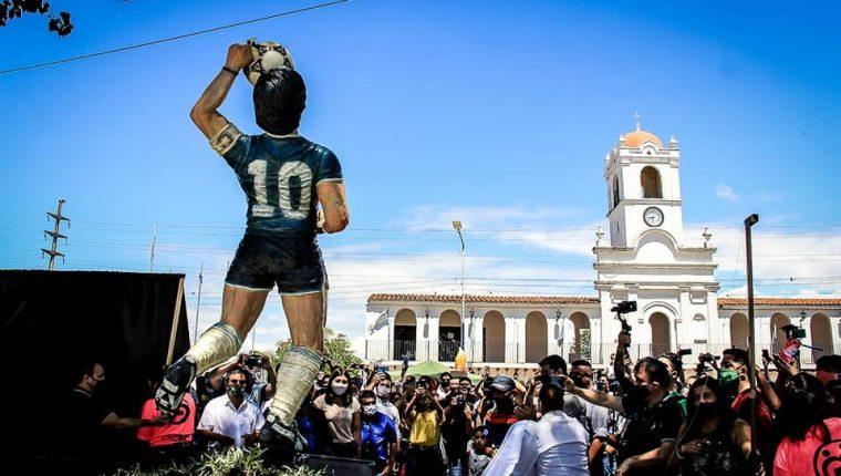 """La estatua en honor a Diego Maradona llamada """"La mano de D10s"""" se encuentra en el Paseo de los Emprendedores de la ciudad de Famaillá. (Foto Prensa Libre: Municipalidad de Famaillá)"""