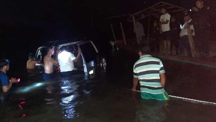 El naufragio fue el arroyo Petexbatun en Sayaxché, Petén. (Foto Prensa Libre: Bomberos Municipales Departamentales)
