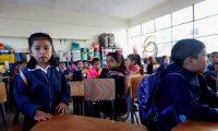 GU3001. CIUDAD DE GUATEMALA (GUATEMALA), 07/01/2020.- Niños y niñas guatemaltecas acuden a su primer día de clases en la Escuela Oficial Miguel García Granados en la Ciudad de Guatemala, en el inicio del ciclo escolar 2020 en el país. El país empieza el ciclo con retos en asistencia, deserción estudiantil y atención a las niñas. EFE/Esteban Biba