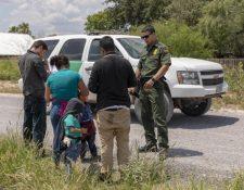 Miles de niños llegan cada año a EE. UU., algunos lo hacen con familiares, pero otros llegan solos. En la imagen una familia con niños, previo a la pandemia. (Foto: CBP)