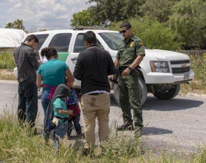Una familia llega a la frontera sur de EE. UU. y es detenida por la Patrulla Fronteriza. Con Biden no se espera que se reduzcan las deportaciones. (Foto: CBP)