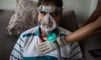 Ilton García, de 63 años, realiza fisioterapia respiratoria como parte de su recuperación de Covid-19, en Manaos, Brasil. (Foto Prensa Libre: EFE)