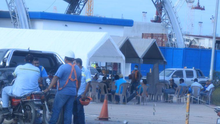Un grupo de gestores permanece este lunes en las afueras de la Empornac en Izabal como medida de protesta por los retrasos en los despachos de mercancías. (Foto Prensa Libre: Dony Steward)