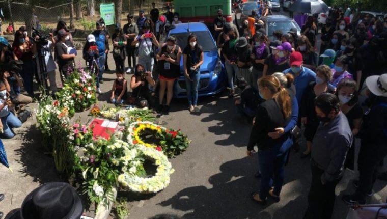 Homenaje a Luz María del Rocío López, investigadora del MP quien habría sido asesinada por su esposo y cuyo cadáver fue localizado el viernes 22 de enero en un drenaje de la zona 2 capitalina. (Foto Prensa Libre: Esbin García)