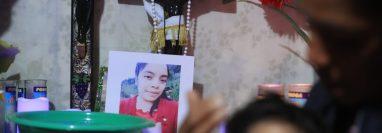 Cargando a su pequeña hija, Olga está de luto por la muerte de Santa Cristina García Pérez. (Foto: Juan Diego González)