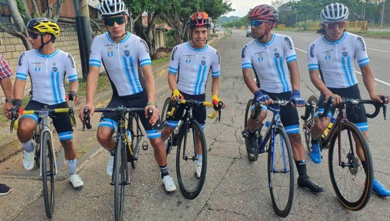 Seleccionados Guatemaltecos que se encuentran en Venezuela para competir en la Vuelta al Táchira no pudieron ser parte de la salida de este domingo por tres supuestos casos de covid-19. (Foto Prensa Libre: Cortesía Federación Guatemalteca de Ciclismo)