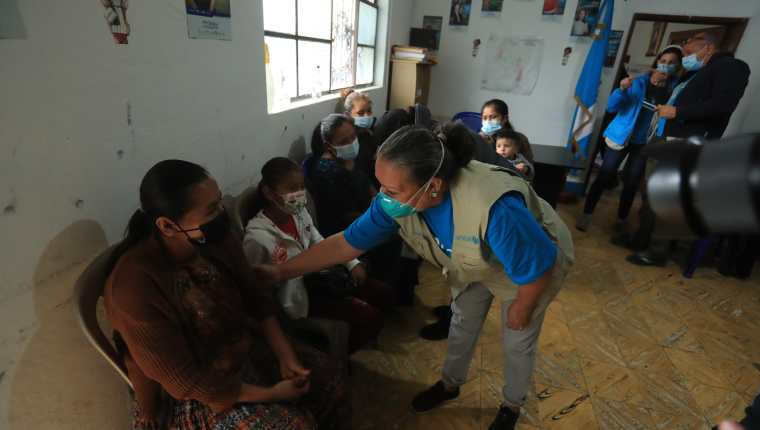 Jean Gough, directora regional de Unicef para América Latina y El Caribe, visitó comunidades de Izabal y de Alta Verapaz que fueron afectadas por las tormentas Eta e Iota. (Foto Prensa Libre: Juan Diego González)