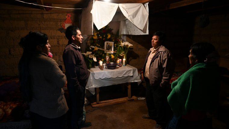 Familiares de migrantes guatemaltecos, usan velas y fotografías de las supuestas víctimas. (Foto Prensa Libre: AFP)
