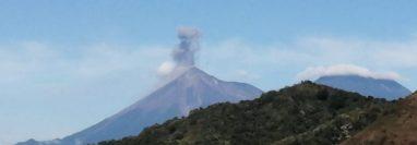 El Volcán de Fuego mantiene actividad, fumarola en dirección suroeste y explosiones moderadas. (Foto Prensa Libre: Conred)