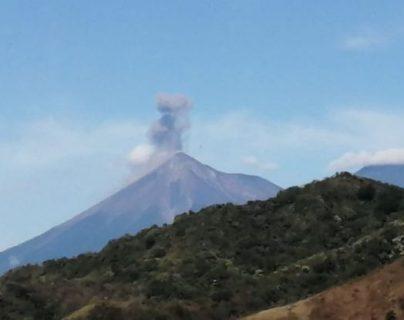 """Volcán de Fuego registra fase eruptiva acompañada de """"avalanchas débiles y moderadas"""""""