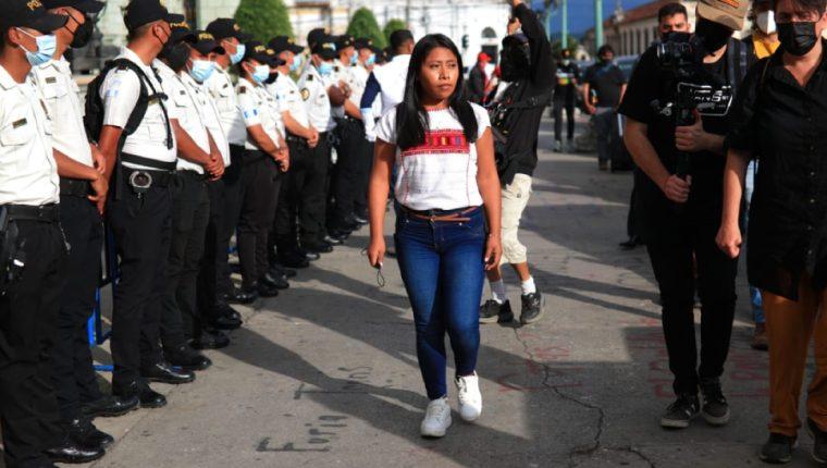 La actriz mexicana Yalitza Aparicio graba imágenes frente al Palacio Nacional. (Foto Prensa Libre: Carlos Hernández)