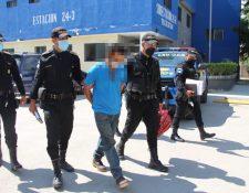 Edwin de Jesús Escobar López, de 31 años, fue detenido  en la calle principal del barrio El Paraíso, Teculután, Zacapa, como presunto responsable de haber dado muerte a su esposa y cuñado en Tiquisate, Escuintla. (Foto Prensa Libre: PNC)