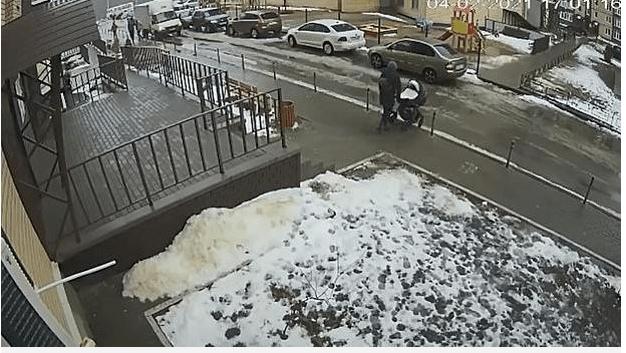 La madre y su bebé daban un paseo cuando el sujeto se lanzó al vacío y cayó sobre el carruaje del pequeño, en Rusia. (Foto Prensa Libre: Captura de pantalla)