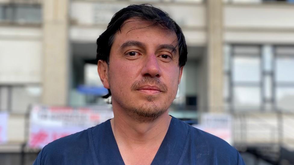 Colombia: el médico que entró en huelga de hambre porque no logra hacer un trámite (y qué dice eso de la burocracia en ese país)