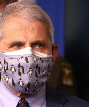 Coronavirus: por qué las autoridades en EE.UU. recomiendan ahora el uso de una mascarilla doble
