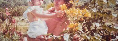 Sara Jaramillo en brazos de su padre, Pompilio Jaramillo, quien murió asesinado en Medellín cuando ella tenía 11 años.