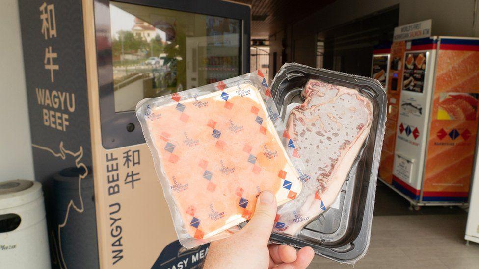 El sorprendente éxito de las extravagantes máquinas expendedoras de Singapur que venden desde pizza caliente hasta cactus