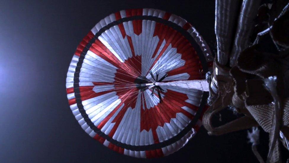 Perseverance en Marte: qué dice el mensaje secreto en el paracaídas del robot espacial de la Nasa y otras joyas ocultas en la expedición