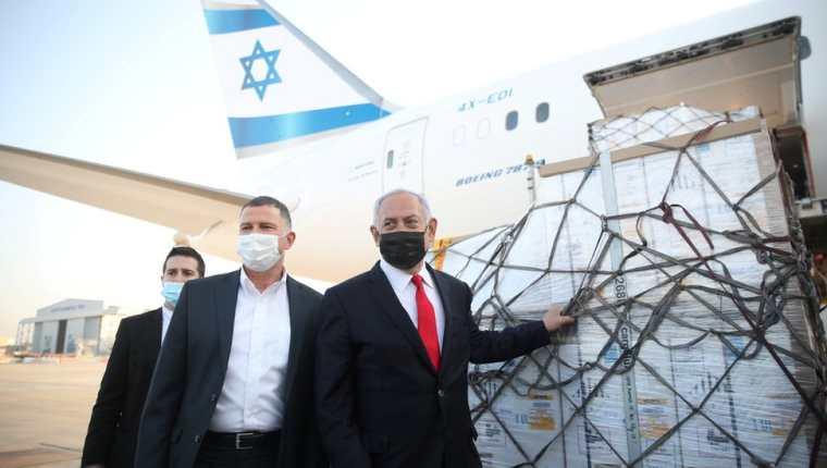 Según la emisora pública israelí Kan, Israel donará unas 100.000 dosis de vacunas a una veintena de países. (REUTERS)
