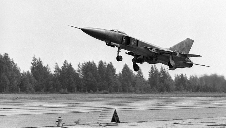 Las fuerzas soviéticas pusieron en alerta sus divisiones de cazabombarderos en Alemania oriental.