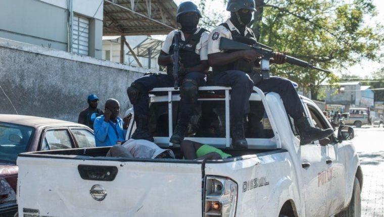 La policía capturó rápidamente a algunos reclusos, pero otros cientos siguen sin localizarse.