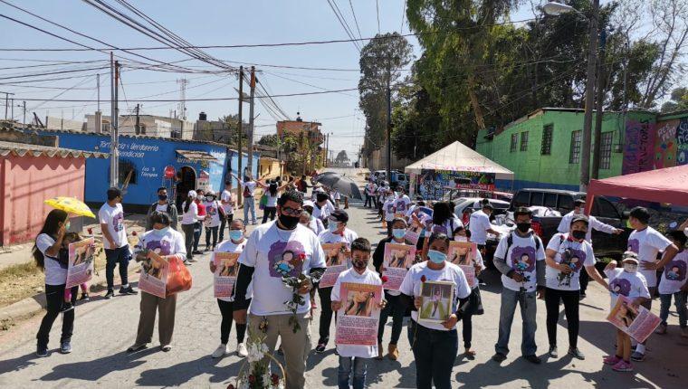 Familiares y vecinos exigen justicia por el crimen contra niña de 12 años. (Foto Prensa Libre: Pablo Juárez)