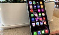 """AME3211. SAN FRANCISCO (ESTADOS UNIDOS), 04/02/2021.- Fotografía de archivo fechada el 9 de noviembre de 2020 que muestra varias aplicaciones, entre ellas Facebook, Instagram y Messenger, en la pantalla de un iPhone 12. La campaña de Facebook para que usuarios de iPhone se dejen seguir es uno de los clics tecnológicos de la semana en América. La """"guerra"""" entre Facebook y Apple sigue abierta, y esta vez el gigante cofundado por Mark Zuckerberg iniciará una campaña en la red social y en Instagram para intentar convencer a los usuarios de iPhone de que acepten el seguimiento web por parte de terceros y anulen así los potenciales efectos de las nuevas restricciones en privacidad impulsadas por la empresa de la manzana mordida. EFE/Marc Arcas"""