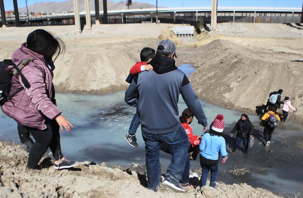 Familias y adultos solteros que cruzan la frontera de Estados Unidos ilegalmente están siendo expulsados inmediatamente, afirma el Gobierno de ese país